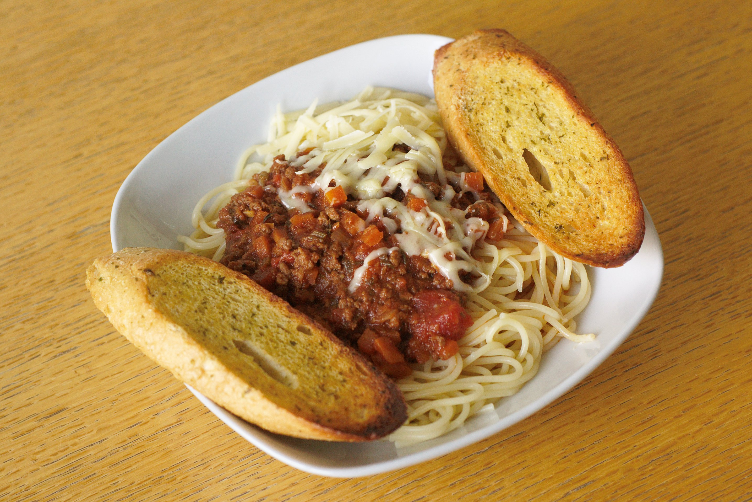 Spaghetti with bolognese sauce and garlic bread